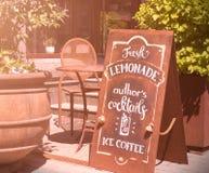 Weinlesezeichen am Eingang zum Café stockbild