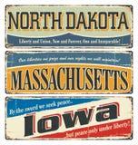 Weinlesezeichensammlung mit US-Staat North Dakota massachusetts iowa Retro- Andenken oder Postkartenschablonen auf Rost backgroun Stockbild