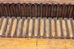 Weinlesezigarren in einem alten Zigarrenkasten lizenzfreie stockfotografie