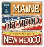 Weinlesezinn-Zeichensammlung mit USA-Staat maine oklahoma Schattierte Entlastungskarte, mit HauptStadtgebieten und Flüssen, umgeb Stockbilder
