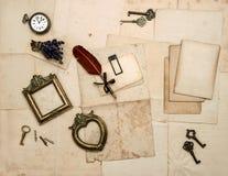 Weinlesezubehör, alte Buchstaben, Fotorahmen Lizenzfreie Stockfotos