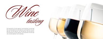 Weinprobe, einige Gläser Rot und Weißwein Stockfotos