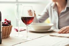 Weinprobe im Restaurant stockbilder