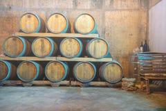 Weinprobe- und Weinkellereiausflug Kroatien von Hvar Weinkeller mit Fässern stockbild