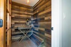 Weinraum mit Holz planked Wänden lizenzfreie stockfotografie