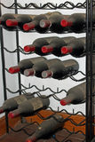 Weinregal mit alten Flaschen Wein Stockfotos