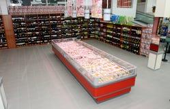 Weinregale und -kühlschrank mit dem Fleisch Lizenzfreie Stockfotos