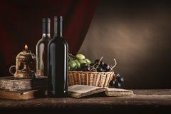 Weinstillleben mit alten Büchern Stockfotografie