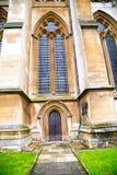 weinstmister Abtei in der Kirchentür und in der antiken Wand des Marmors Stockbilder