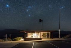 Weinstock-Förster-Station bei Death Valley nachts mit klaren Himmeln stockbild