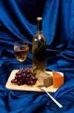 Weintrauben und Käse auf Satin Lizenzfreies Stockbild
