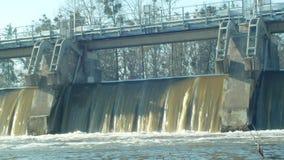 Weir στον ποταμό Morava, σταθμός υδροηλεκτρικής παραγωγής ηλεκτρικού ρεύματος, παγωμένο στο χειμώνας νερό που ρέει κάτω με τον πά απόθεμα βίντεο