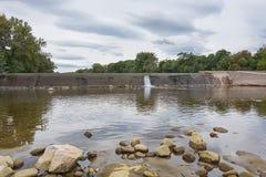 Weir στον ποταμό Ardeche στη Γαλλία Στοκ εικόνα με δικαίωμα ελεύθερης χρήσης