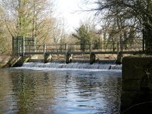 Weir στον ποταμό Colne σε Rickmansworth Aquadrome στοκ εικόνες με δικαίωμα ελεύθερης χρήσης