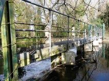 Weir στον ποταμό Colne σε Rickmansworth Aquadrome στοκ φωτογραφία