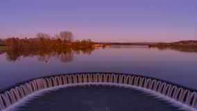 Weir της λίμνης κατά τη διάρκεια του ηλιοβασιλέματος στοκ φωτογραφία με δικαίωμα ελεύθερης χρήσης