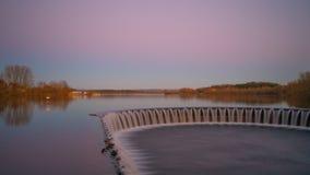 Weir της λίμνης κατά τη διάρκεια του ηλιοβασιλέματος στοκ φωτογραφίες με δικαίωμα ελεύθερης χρήσης