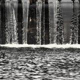 Weir - comporta no rio Fundo da água Fotos de Stock Royalty Free