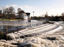 Weir no rio Tamisa fotos de stock royalty free