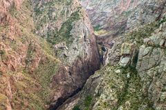 Weise dem Arkansas River und dem Zug unten betrachten, die neben ihm in der königlichen Schlucht in Colorado laufen stockbilder