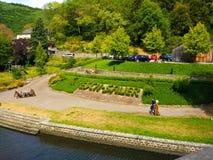 Weise durch den Flussufer von sicherem Fluss und von Grün- und entspanntenplatz mit Esch-Sauer-Buchstaben gemacht mit Vegetation stockfotografie