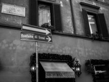 Weise nach Fontana di trevi stockfoto