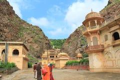 Weise zu Galtaji-Tempel, Jaipur. Lizenzfreie Stockfotografie