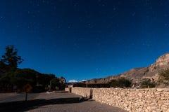 Weise zu Paniri-Vulkan an Atacama-Wüste im nächtlichen Himmel stockbild