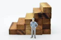 Weise zum Erfolg mit Geschäftsmann und hölzerner Block treten Stockfoto