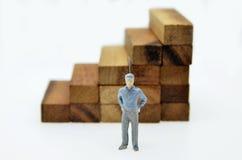 Weise zum Erfolg mit Geschäftsmann und hölzerner Block treten Lizenzfreie Stockbilder