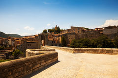 Weise zur mittelalterlichen Stadt Besalu Stockbild