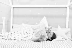 Weisen, schneller einzuschlafen Schlafen Sie so schnell wie m?glich ein Schlafen Sie schneller ein und schlafen Sie besser Gesund lizenzfreie stockbilder