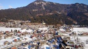 Weissbriach镇在奥地利从上面在冬天 库存照片