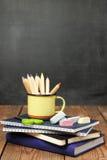 Weissen Sie Stücke, Notizbücher und Bleistifte in einem Becher Lizenzfreie Stockbilder