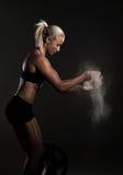 Weissende Hände der Frau vor Gewichtheben lizenzfreies stockbild