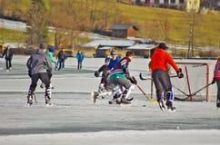 Weissensee in de winter: hockey en ijs het schaatsen stock afbeeldingen