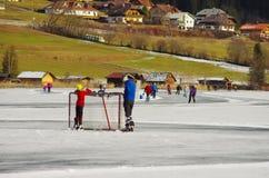 Weissensee en invierno: patinaje del hockey y de hielo Foto de archivo libre de regalías
