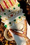 WEISSER KONKRETER SOCKEL für ASIAN SPIRIT-HAUS: Ansicht des bunten gemalten Lagerfußes Lizenzfreie Stockbilder