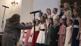 WEISSRUSSLAND, MINSK - 8. APRIL 2015: Der Chor der Kinder beraten sich im belarussischen philharmonischen