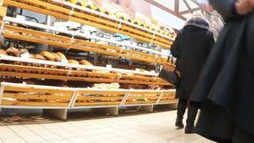 WEISSRUSSLAND, Minsk - 15. Januar - Verbraucher kaufen Lebensmittelwaren bei Euroopt stock video footage