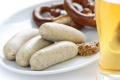 Weisswurst, ciambellina salata e birra Immagine Stock