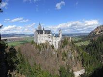Weite Ansicht des Neuschwanstein Schlosses Stockbild