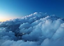 Weite Berge mit Blaubelag und Wolken Stockbild