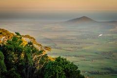Weite Wiese und der Ozean in New South Wales, Australien stockbild
