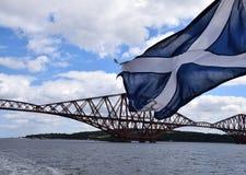 Weiter Brücke und Scotish-Flagge Lizenzfreie Stockbilder
