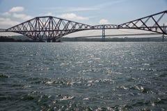 Weiter Eisenbahnbrücke über Förde von weiter nahe Edinburgh, Schottland stockfotos