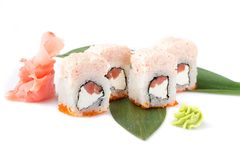 Weiter entwickelte Sushirollen mit Lachsen, Philadelphia-Käse und Krebsfleischkremeis Getrennt Sushi-Rolle auf einem weißen Hinte Lizenzfreies Stockbild