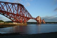 Weiter Schienen-Brücke mit freiem blauem Himmel und Wolken Lizenzfreie Stockfotografie