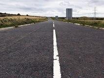 Weiter Weg oder Landstraße ohne irgendwelche Fahrzeuge oder Leute Lizenzfreie Stockbilder