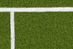 Weitere Grenzlinie auf grünem Gras des Sportfeldes Stockfotos